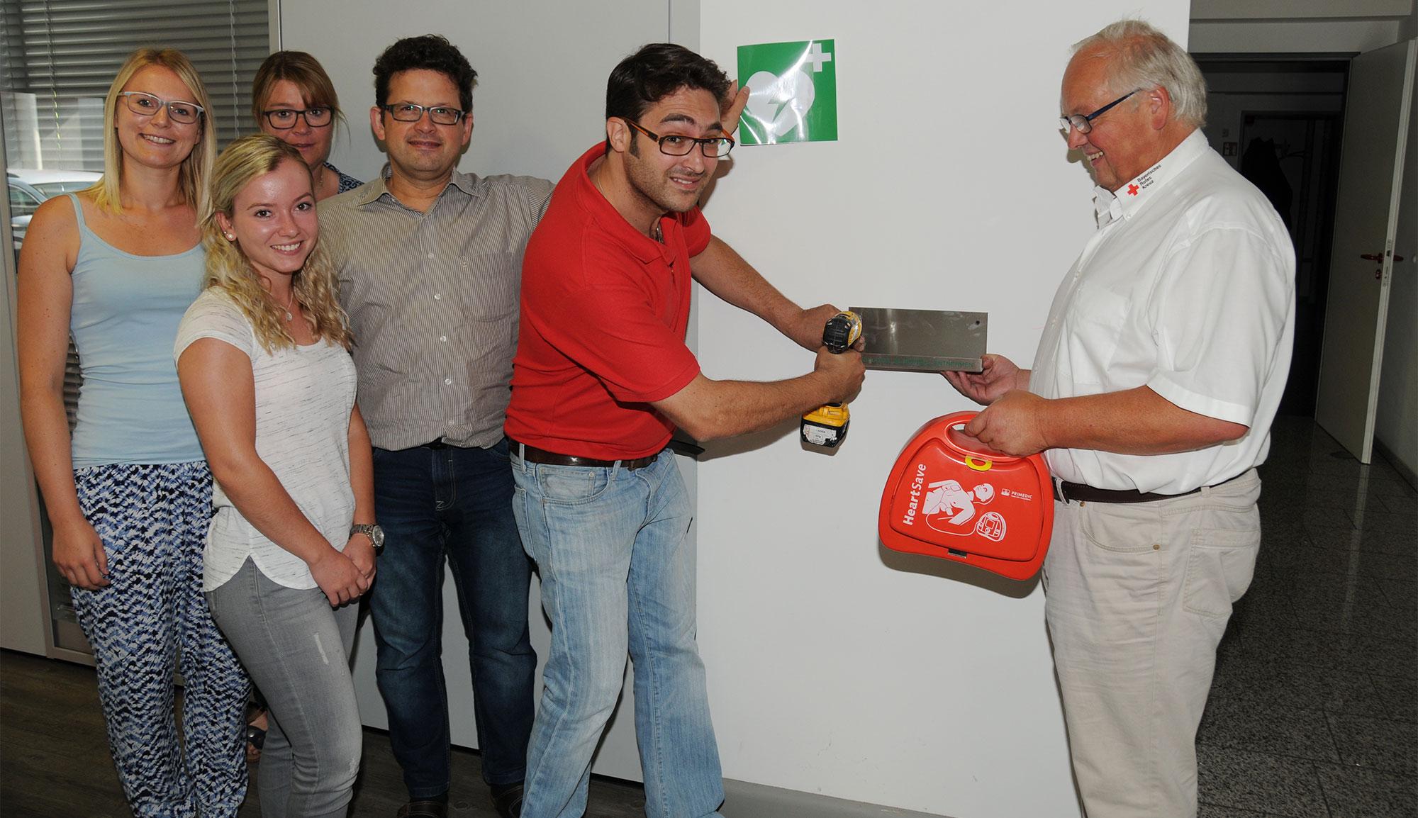 DTB-Ausbau spendet einen Defibrillator für das Rennertshofer Industriegebiet