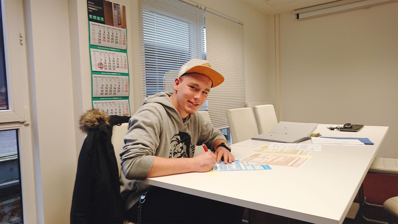 Bastian Rehm aus Rennertshofen hat gestern den Vertrag zu seiner Lehre als Trockenbaumonteur unterschrieben. Herzlich willkommen in unserem starken Team! Ein tolles Signal in diesen für die Handwerkerausbildung schwierigen Zeiten.